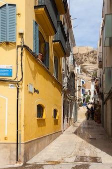 Rua estreita no antigo distrito. alicante