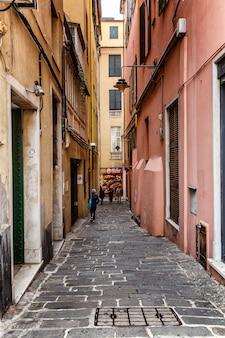 Rua estreita no centro da cidade velha. arquitetura européia tradicional. vertical.