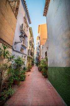 Rua estreita no centro histórico da cidade de villajoyosa, alicante, espanha.