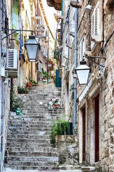 Rua estreita subida na cidade velha de dubrovnik, croácia