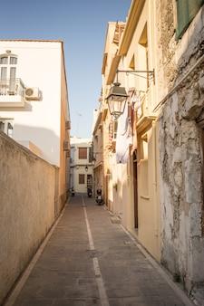 Rua estreita típica em algum lugar na ilha de creta, rethymno, grécia. Foto Premium
