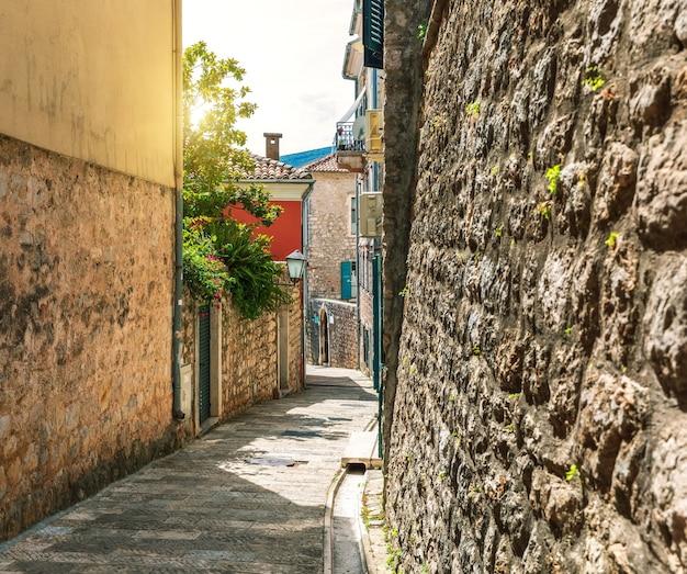 Rua estreita tradicional na europa, cidade velha de herceg novi, montenegro.