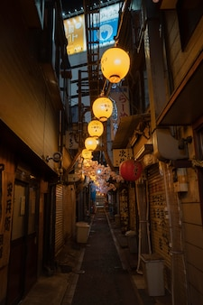 Rua estreita vazia com vista urbana de luzes