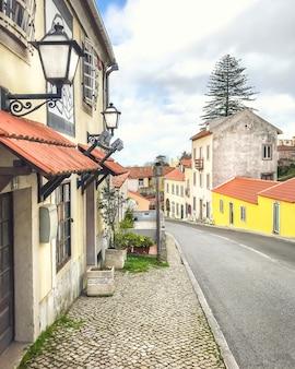 Rua estreita vintage em lisboa, portugal.