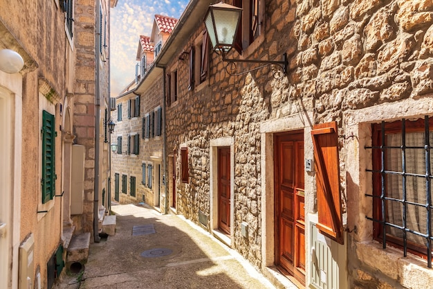 Rua europeia estreita na cidade velha de herceg novi, montenegro.