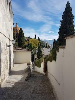 Rua granada, no bairro do realejo, com vista para a sierra nevada
