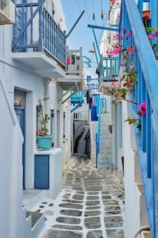 Rua grega de mykonos na ilha de mykonos, grécia