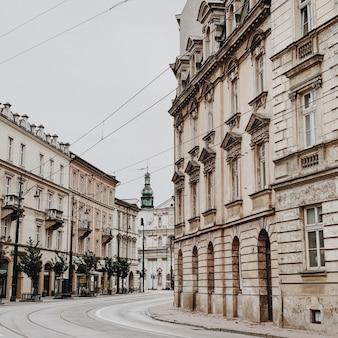 Rua larga e edifícios no lugar histórico de budapeste, hungria.