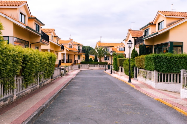 Rua limpa de uma área residencial em uma pequena cidade