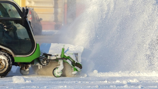Rua limpando a cidade da neve com a ajuda de máquinas especiais. transporte de inverno
