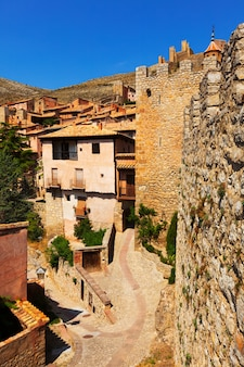 Rua medieval com fortaleza antiga