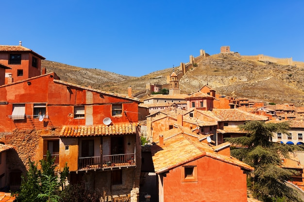 Rua medieval com parede antiga da fortaleza em albarracin