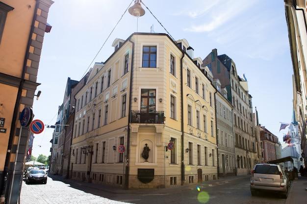 Rua medieval estreita na cidade velha de riga, letónia.
