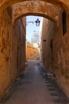 Rua na antiga cidade européia