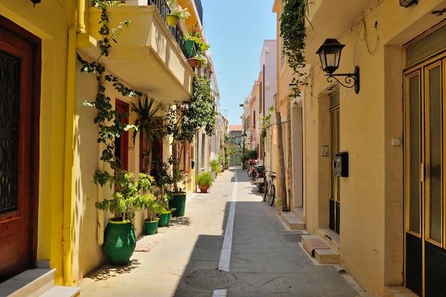 Rua na cidade de rethymno, creta, grécia