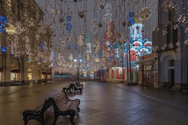 Rua nikolskaya com iluminação de natal