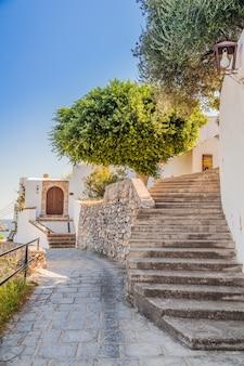 Rua pedonal com escadas em lindos, rodes, grécia