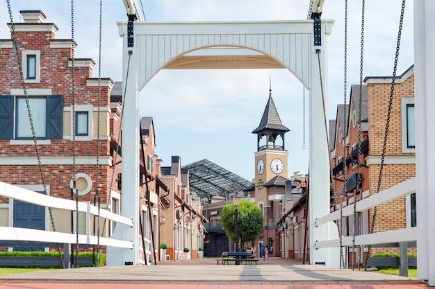 Rua pedonal na pequena cidade europeia cidade velha na europa vista da ponte