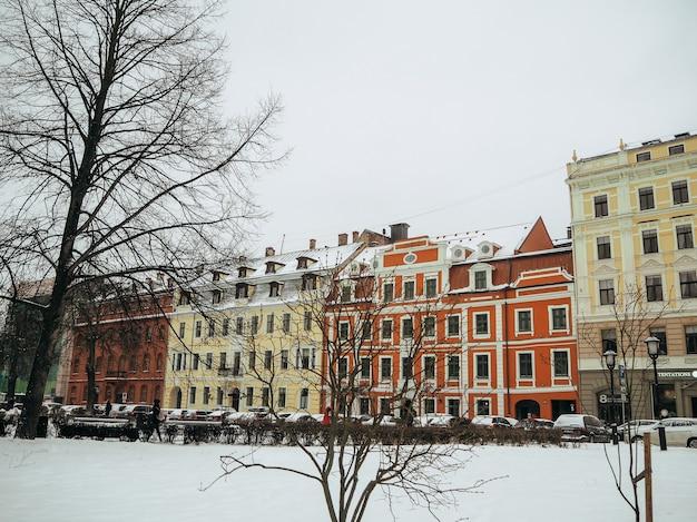 Rua pitoresca com casas coloridas no centro histórico