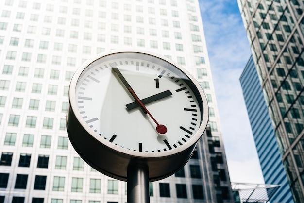 Rua relógio com prédio alto no fundo