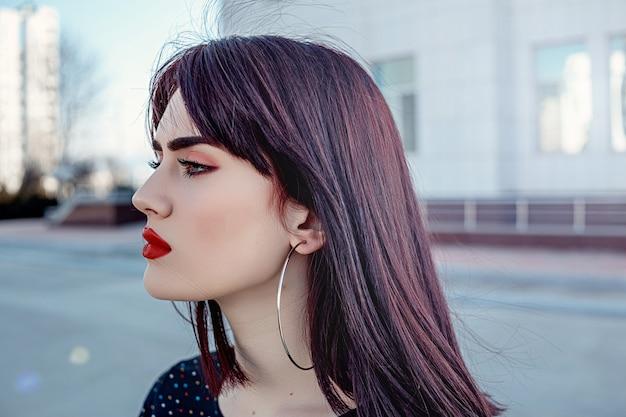 Rua retrato de uma bela jovem morena caucasiana.