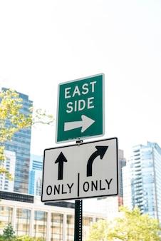 Rua, sinais, com, obscurecido, cidade, fundo