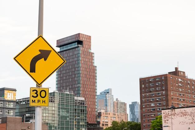Rua, sinais, e, edifícios, tiro longo
