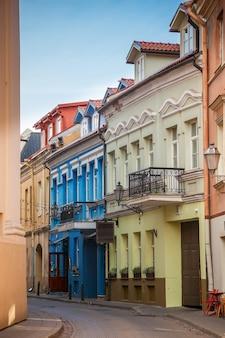 Rua sv.ignoto vazia estreita e aconchegante na cidade velha de vilnius, lituânia. existem muitas pequenas lojas, hotéis, bares e restaurantes nesta rua.