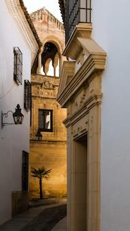 Rua típica do bairro judeu de córdoba, andaluzia, espanha