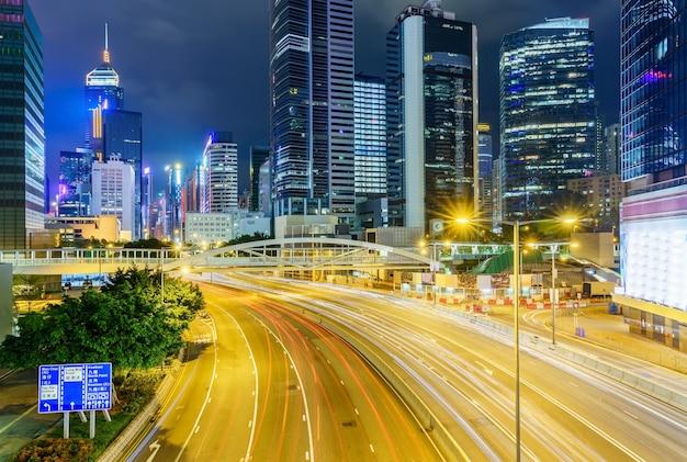Rua tráfego em hong kong à noite.