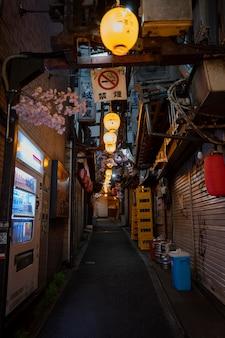 Rua vazia com vista urbana de luzes