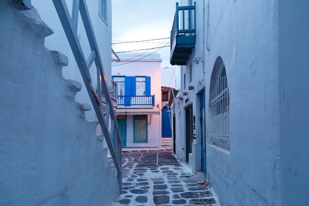Rua vazia na cidade de mykonos, chora, grécia