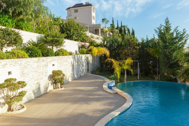 Rua vazia no agradável e confortável jardim grande sob o lindo céu azul