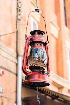 Rua velha da lâmpada de furacão. lâmpada do vintage. lâmpada de querosene. antiquado. decoração antiga. retr