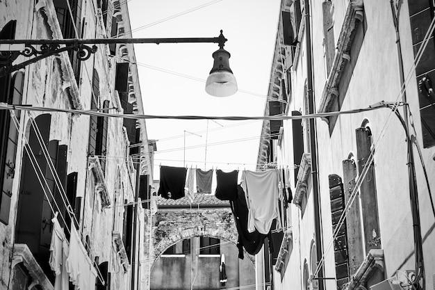 Rua veneziana com roupas para secar, veneza, itália