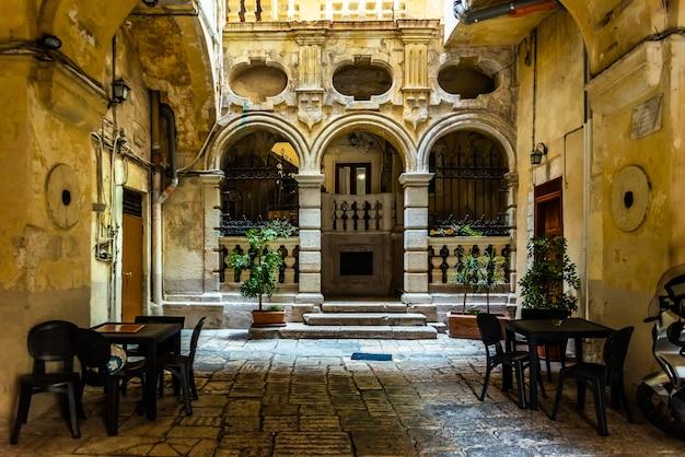 Ruas bonitas de bari, cidade medieval italiana.