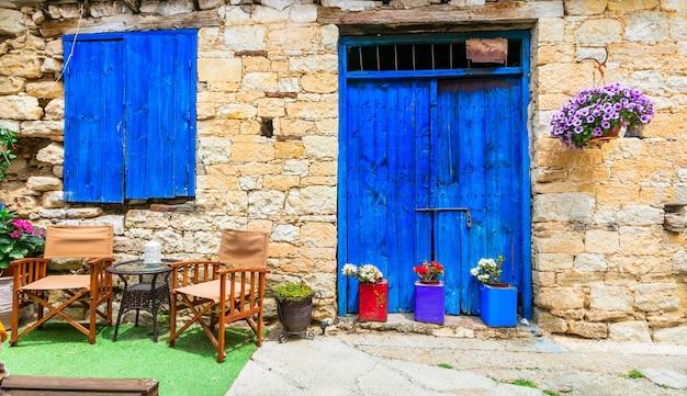 Ruas charmosas de antigas vilas tradicionais da ilha de chipre
