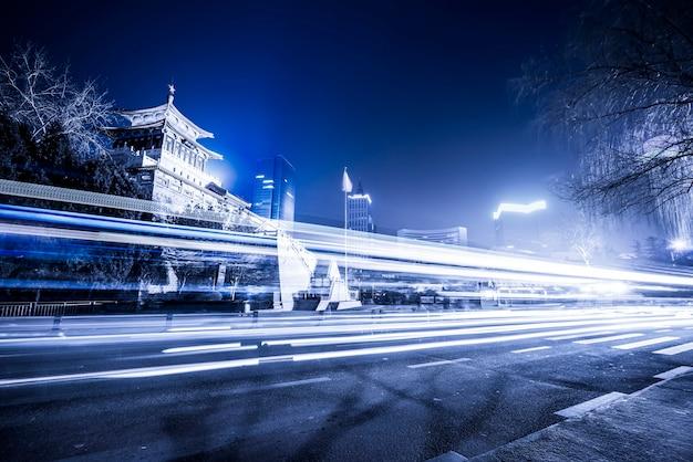 Ruas da cidade de jinan e luzes difusas