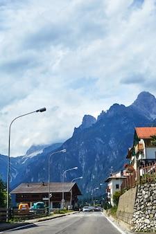 Ruas de cortina d'ampezzo com montanhas
