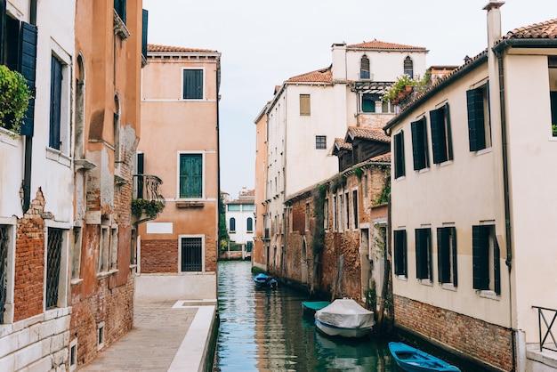 Ruas e canais estreitos de veneza, itália