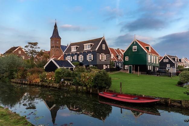 Ruas e casas típicas da cidade de marken, holanda.