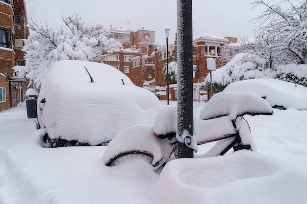 Ruas e edifícios cobertos de neve durante o dia devido à tempestade de neve filomena caindo em madrid, espanha. europa