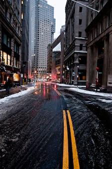 Ruas e estradas de uma cidade congelada com gelo por intensa queda de neve.