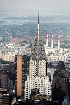 Ruas e telhados de manhattan com edifício chrysler. vista aérea do centro de manhattan em nova york