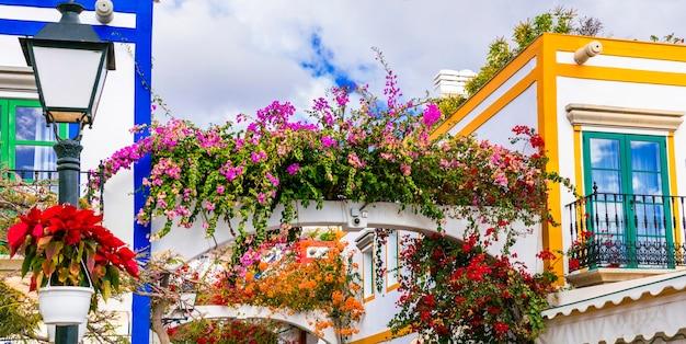 Ruas encantadoras com decoração floral de puerto de mogan, na ilha de gran canaria