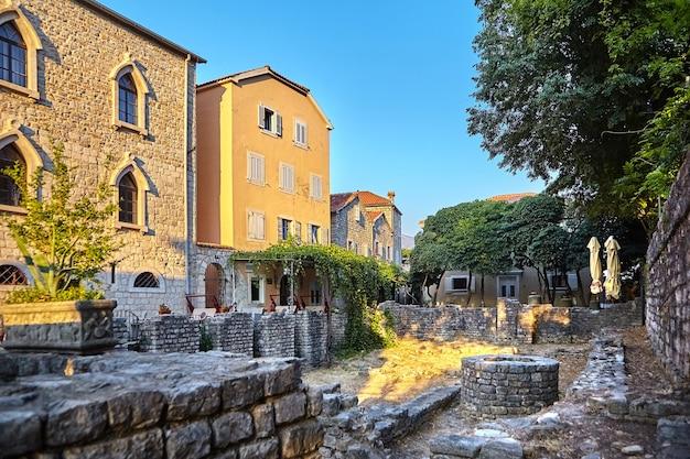 Ruas estreitas com poços e edifícios coloridos da cidade velha de budva, montenegro