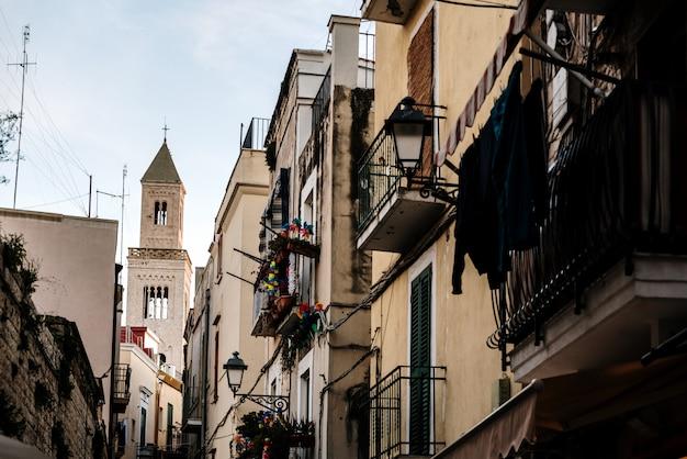 Ruas estreitas da bela cidade de bari, ideal para passear quando fazemos uma excursão pela itália.