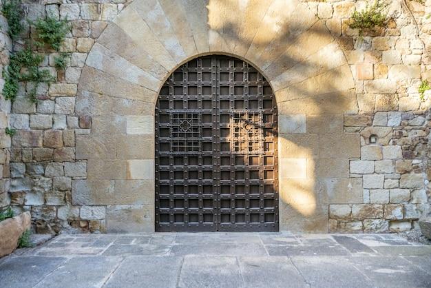 Ruas medievais na bela vila de pals, no norte da catalunha