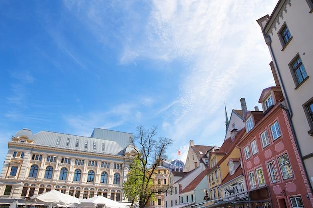 Ruas muito bonitas e atmosféricas na cidade velha de riga, letónia.