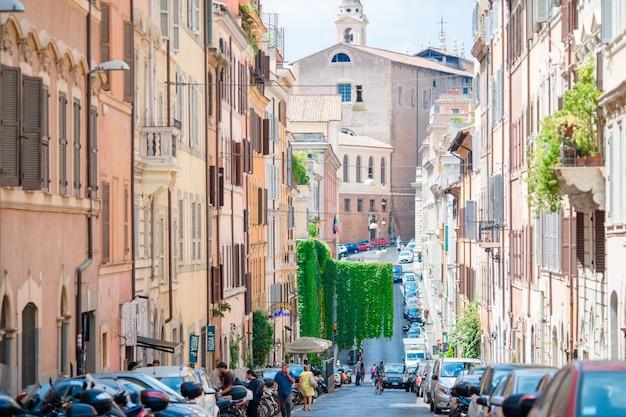 Ruas vazias bonitas velhas com os carros em roma, itália.